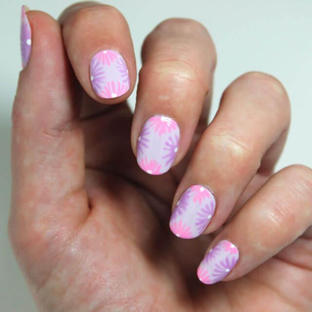 Design de ongles à fleurs facile