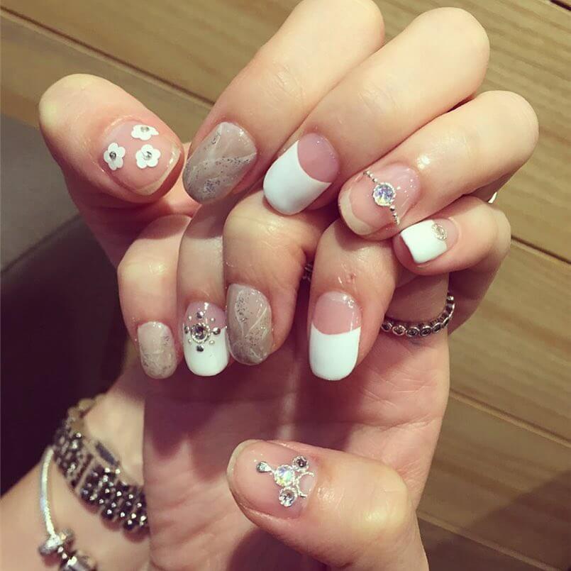 de beaux ongles avec des fleurs pour le mariage
