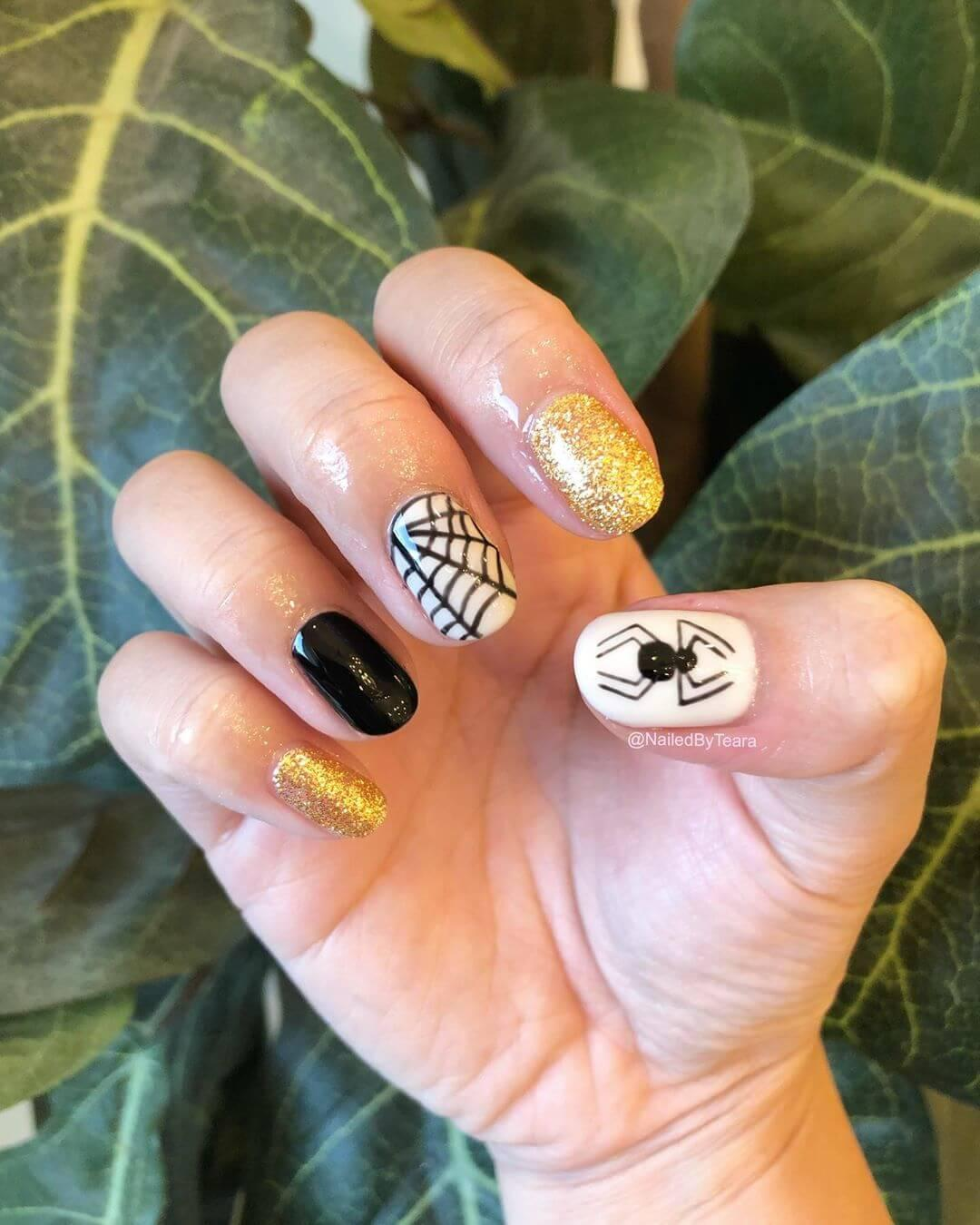 décoration d'art des ongles avec des araignées d'halloween
