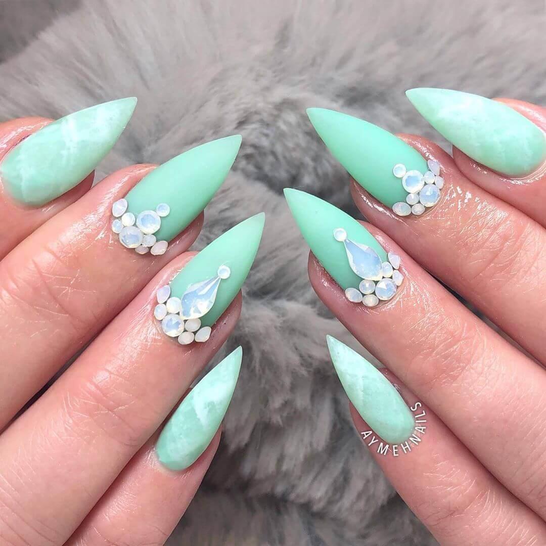 décoration des ongles avec des pierres