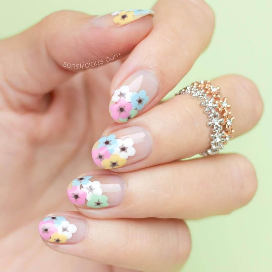 décoration d'ongles avec des fleurs simples