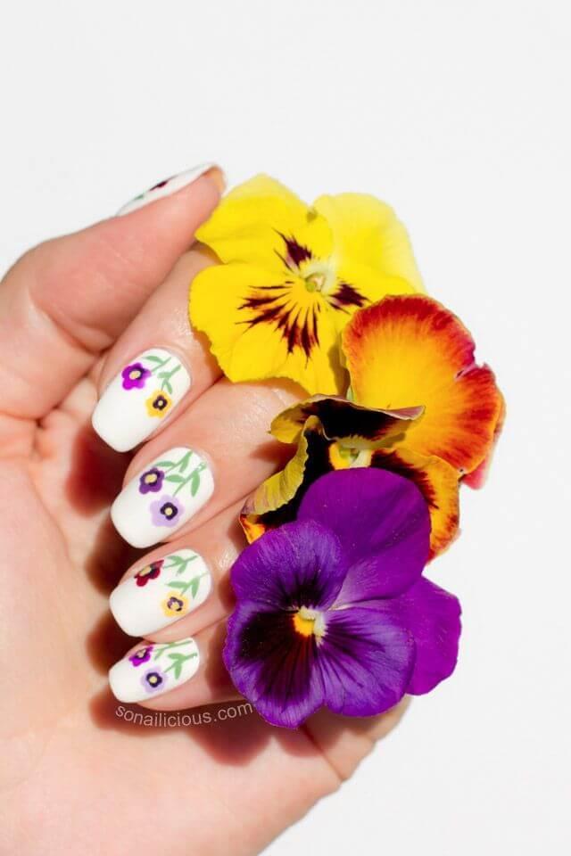ongles simples avec fleurs