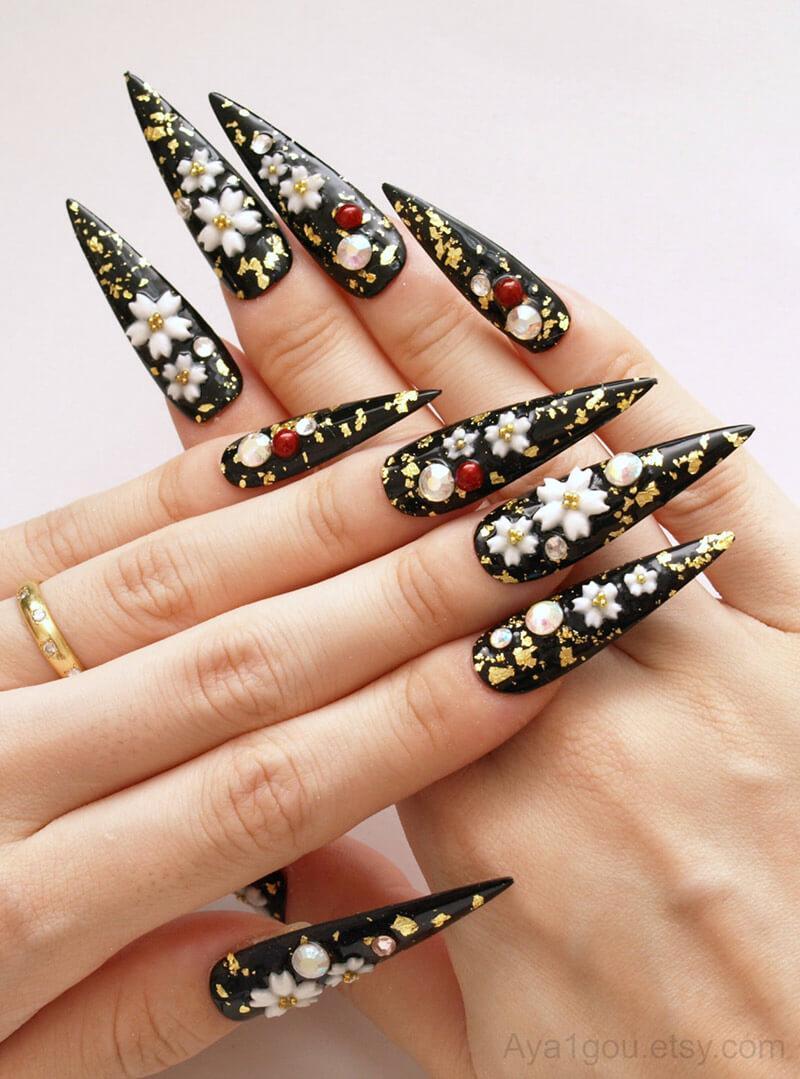 longs ongles noirs à stiletto avec fleurs