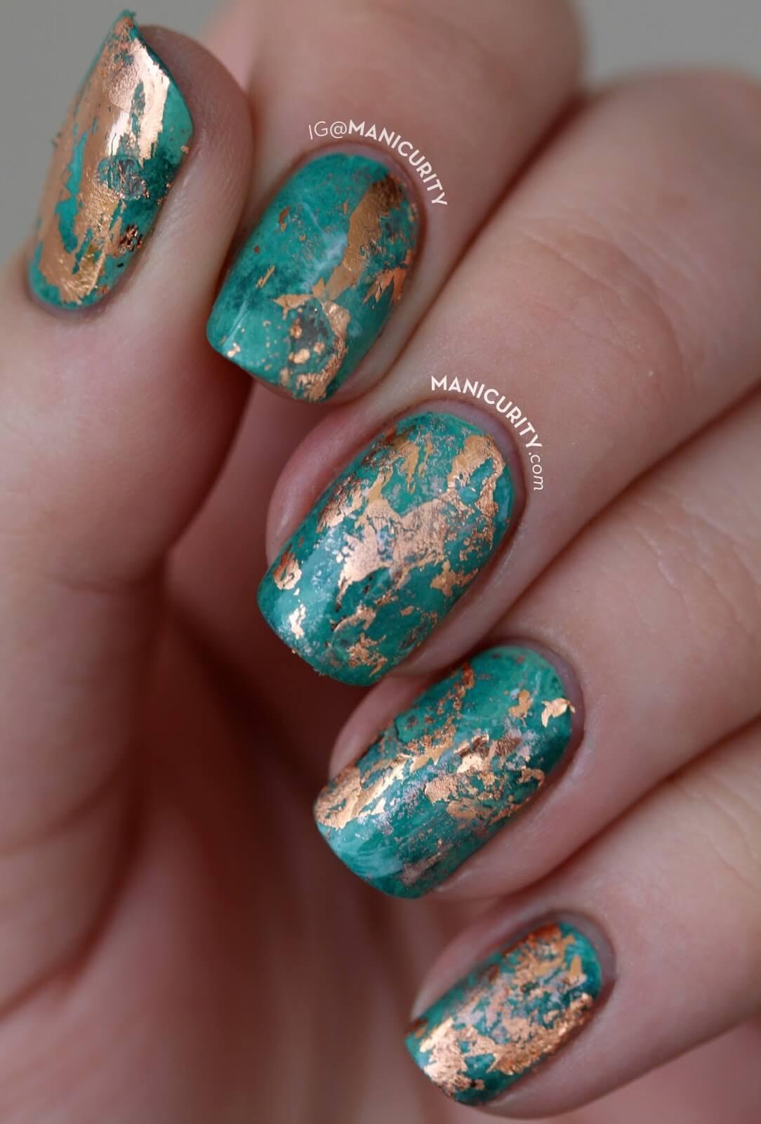élégante décoration d'ongles verte et dorée
