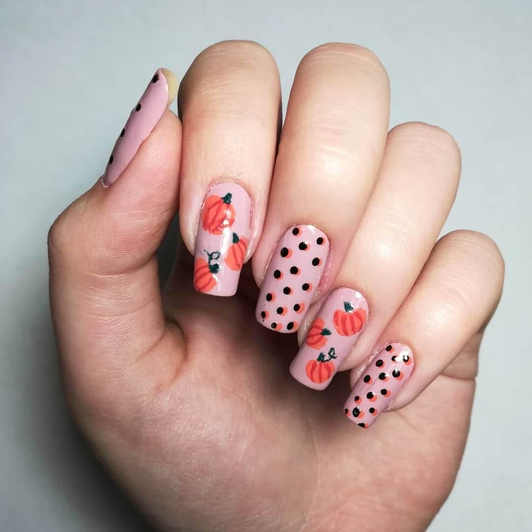 des ongles simples décorés de citrouilles
