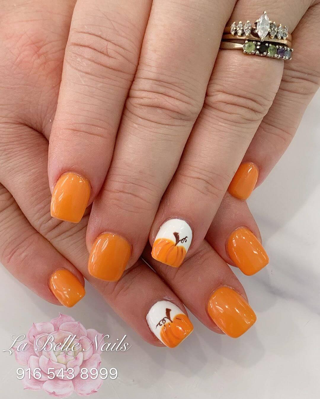 design de citrouille pour les ongles d'halloween