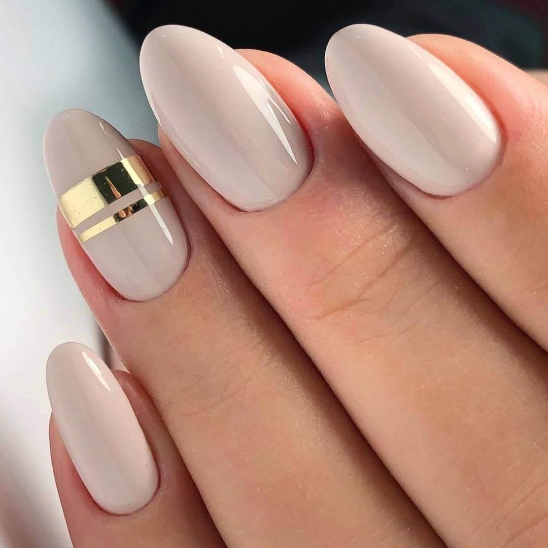 les ongles simples de la mariée nue avec de l'or