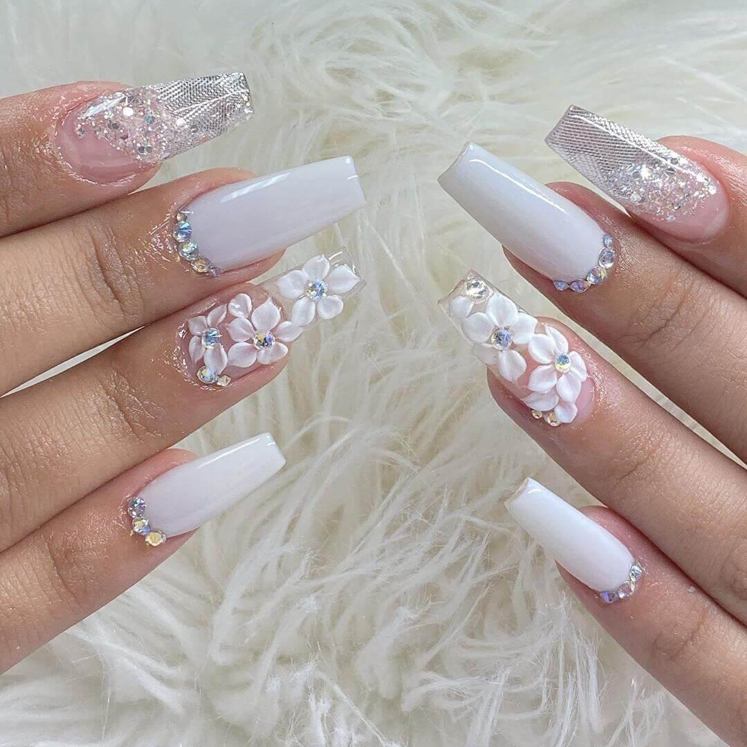 longs ongles blancs avec fleurs