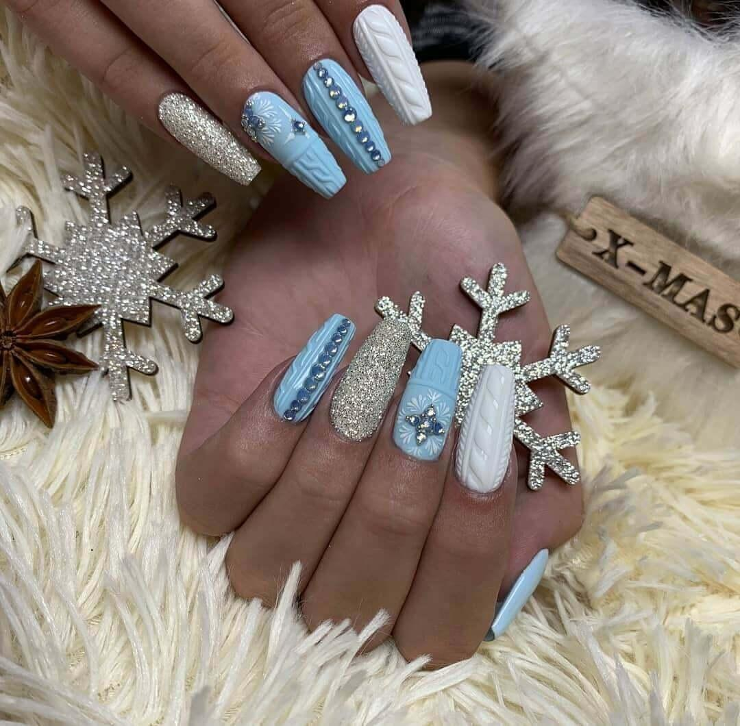 longs ongles bleu clair et blancs