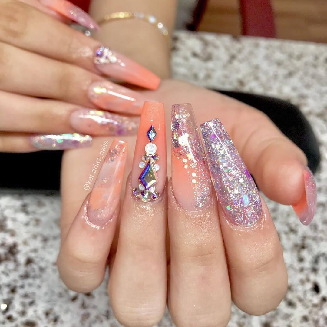longs ongles couleur saumon avec paillettes