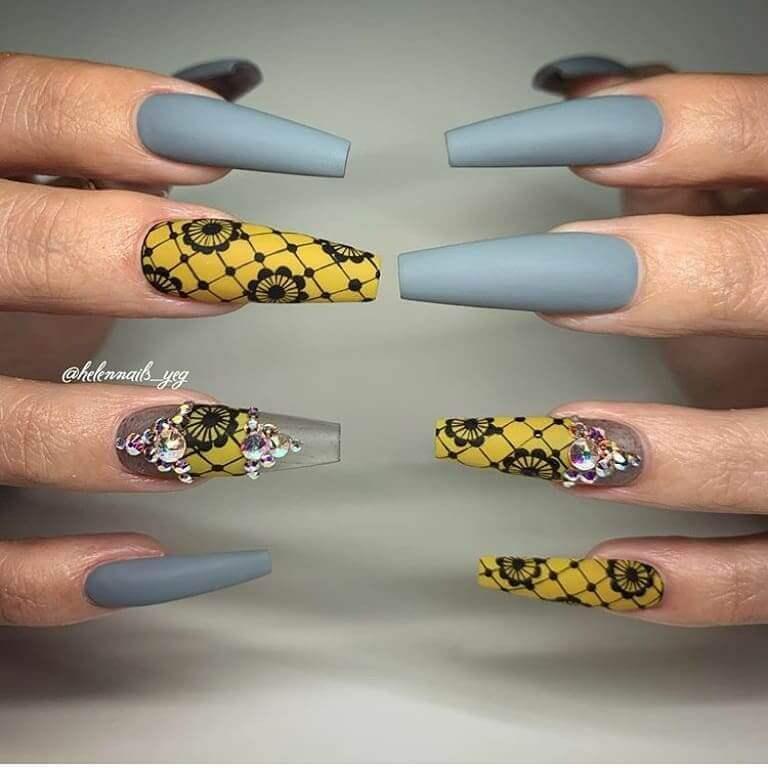 longs ongles gris et jaunes