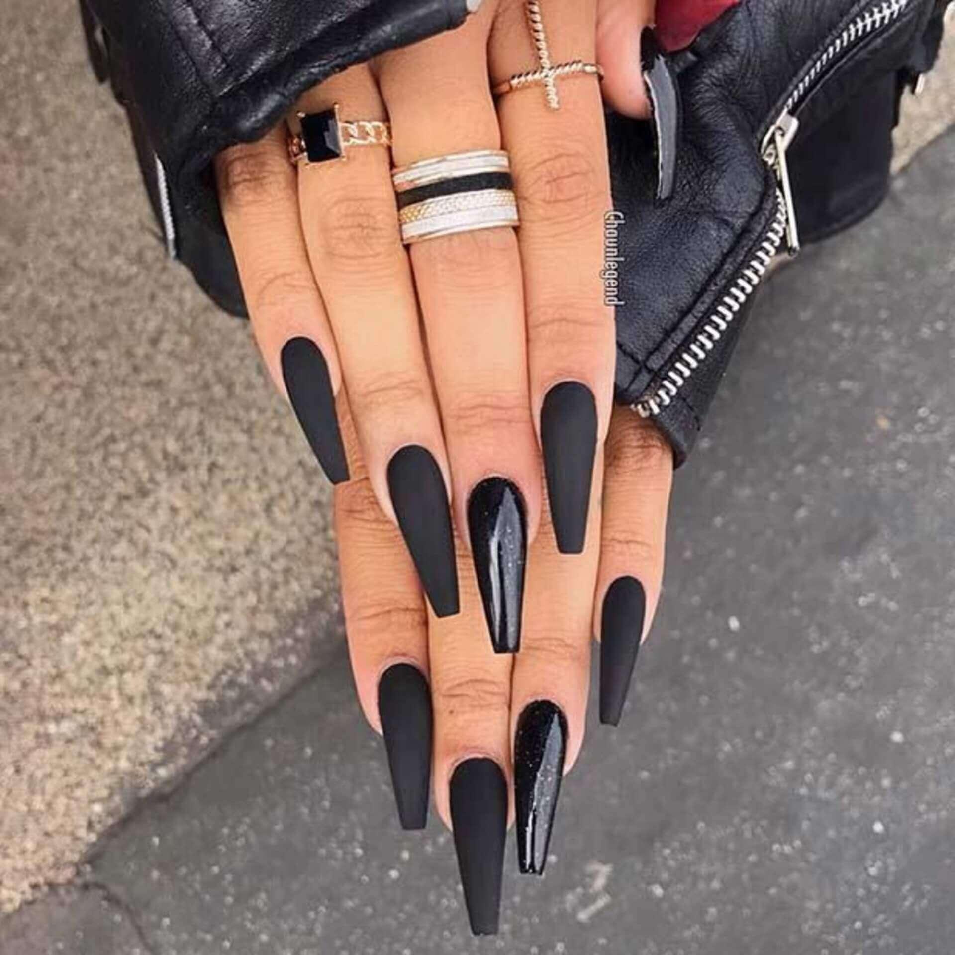 longs ongles noirs mats