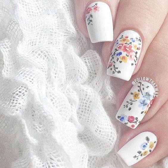 Beau bouquet de fleurs sur les ongles