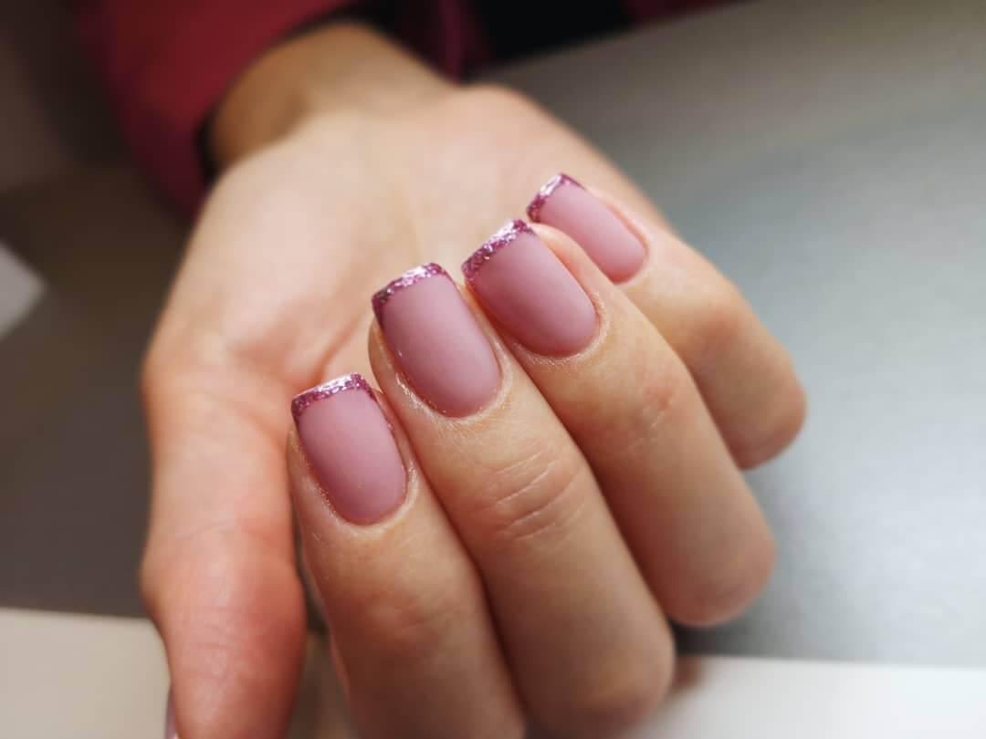 france sur les ongles nus
