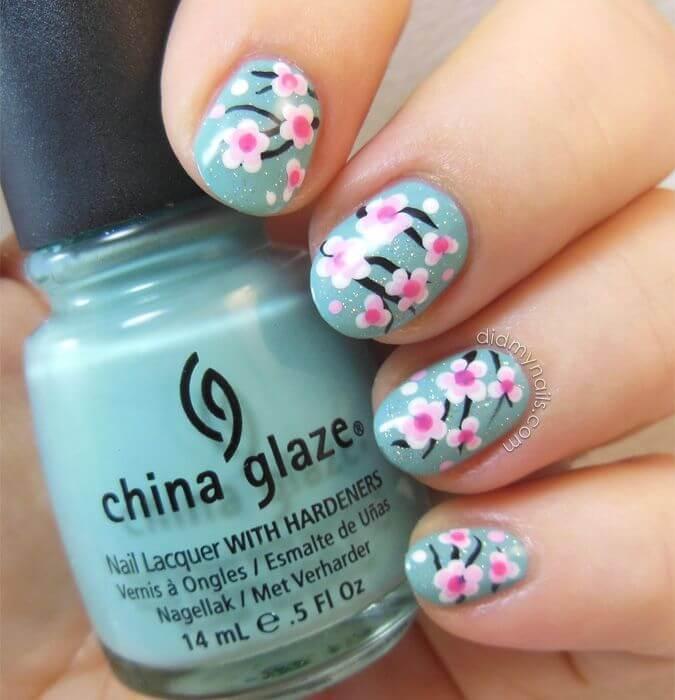 Conception facile des ongles avec des fleurs de printemps