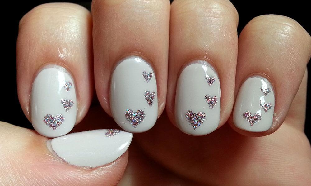 certains peints avec des coeurs de nail art (3)