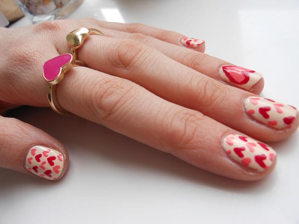 certains peints avec des coeurs de nail art (4)