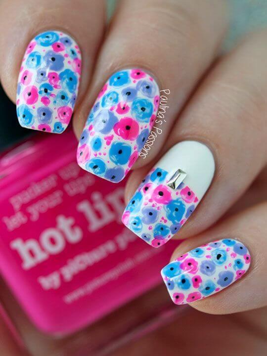 Design d'ongles avec petites fleurs