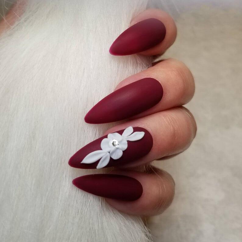 ongles à vin de mariage en fleur blanche