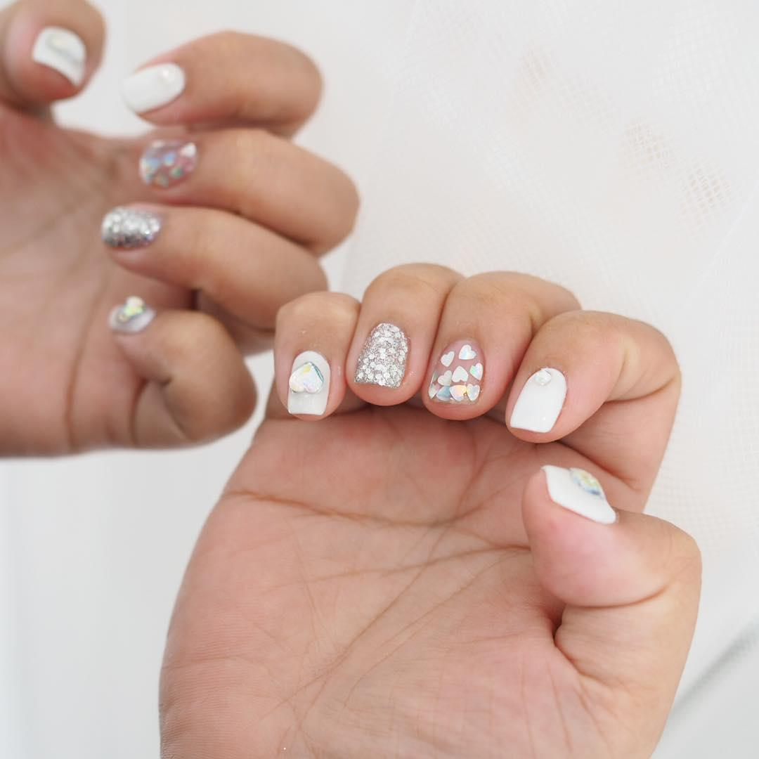 ongles blancs avec coeurs