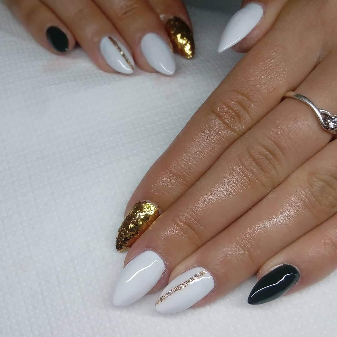ongles blancs avec or pour la mariée