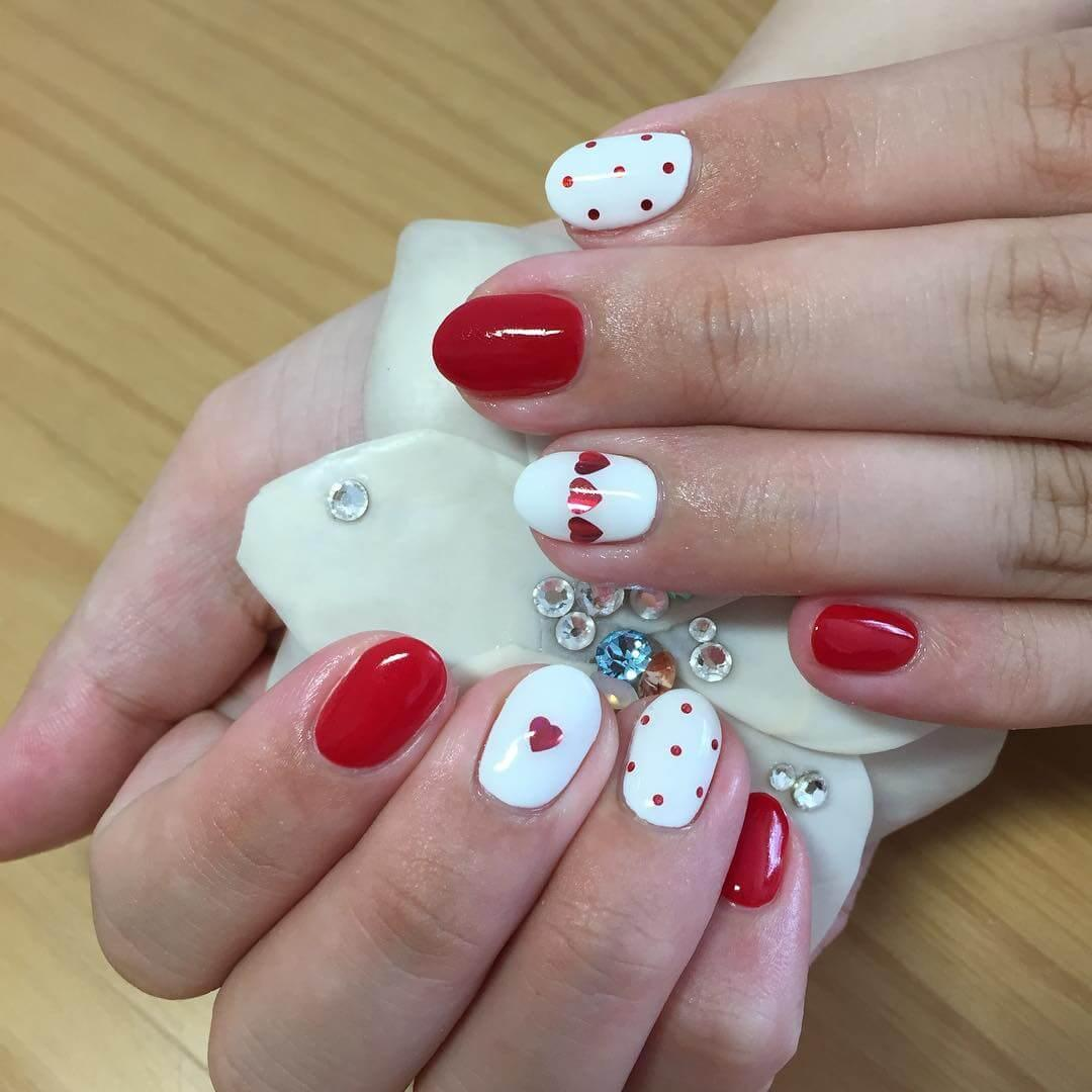 ongles blancs coeurs rouges