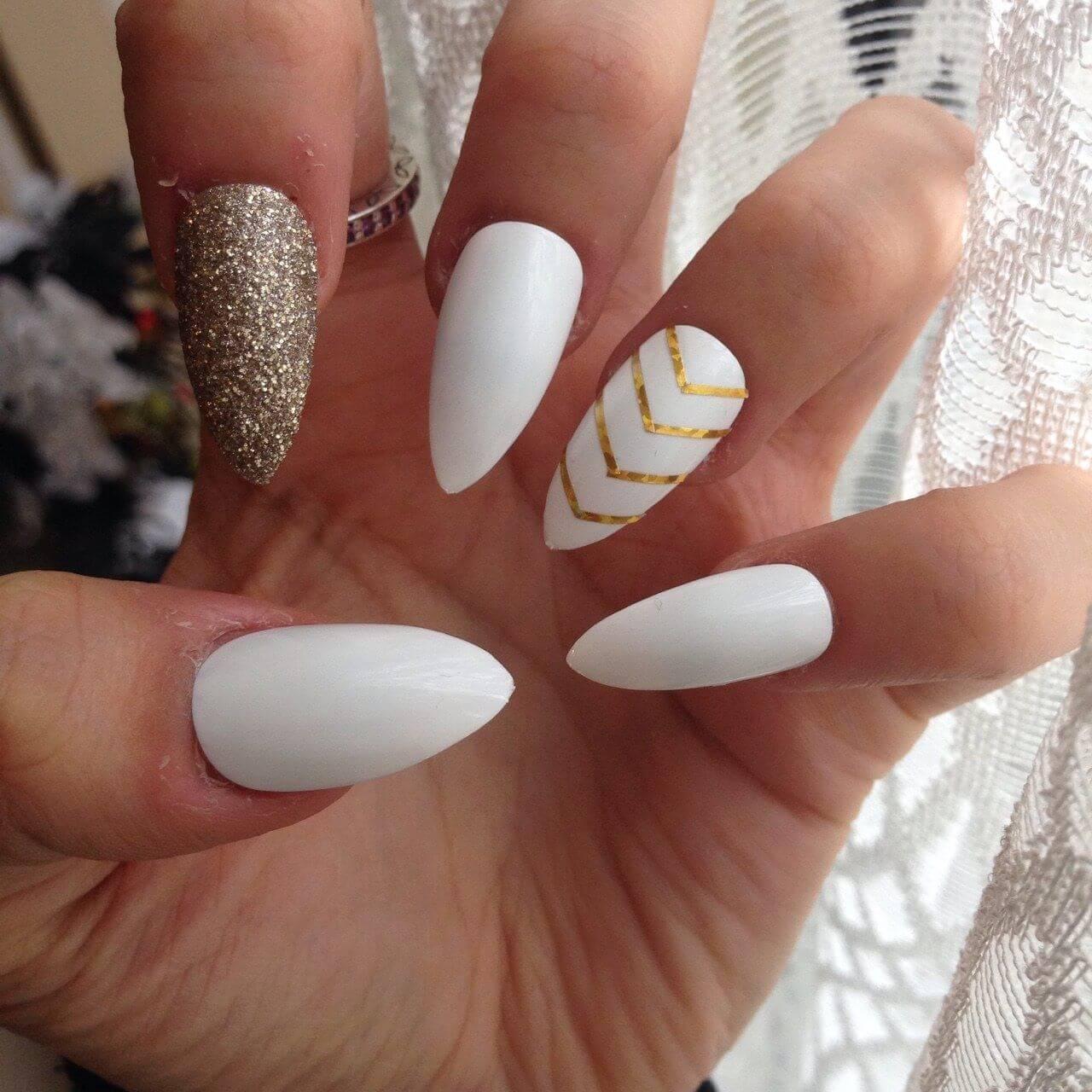 ongles blancs simples avec rubans dorés