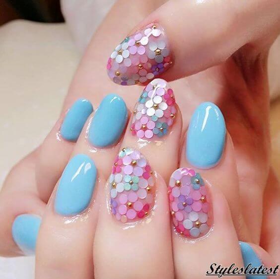 ongles bleu clair avec fleurs pastel