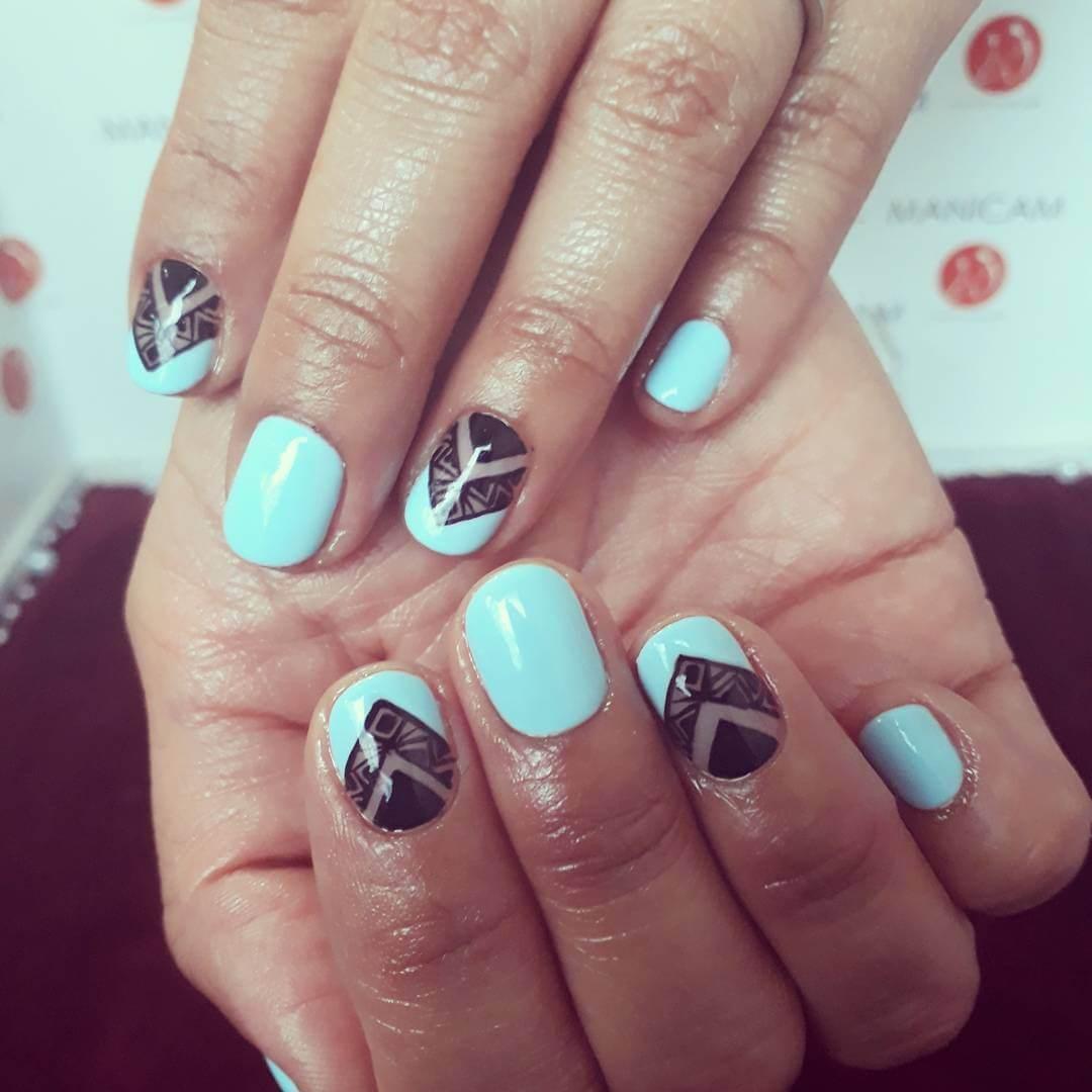 ongles bleu clair avec noir