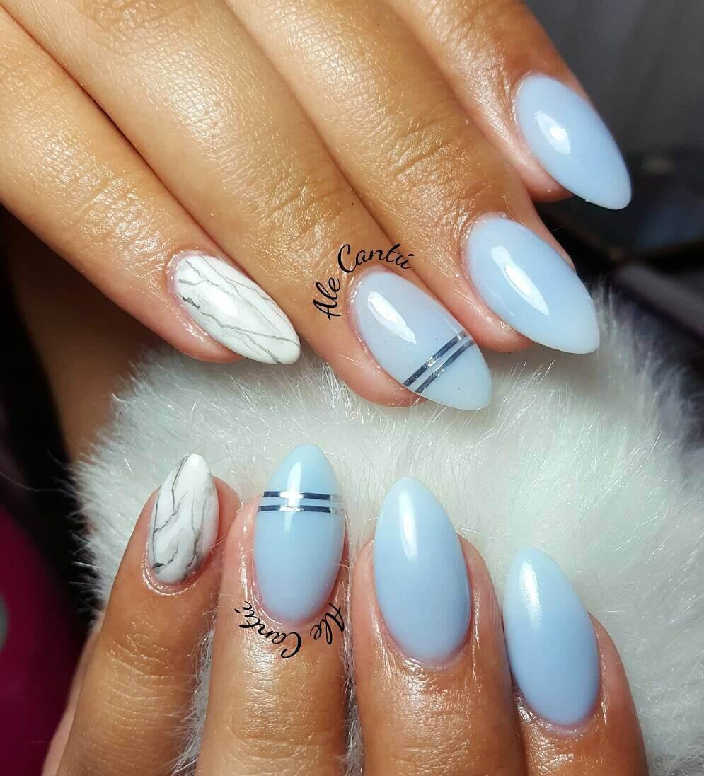 ongles bleu clair avec ruban adhésif