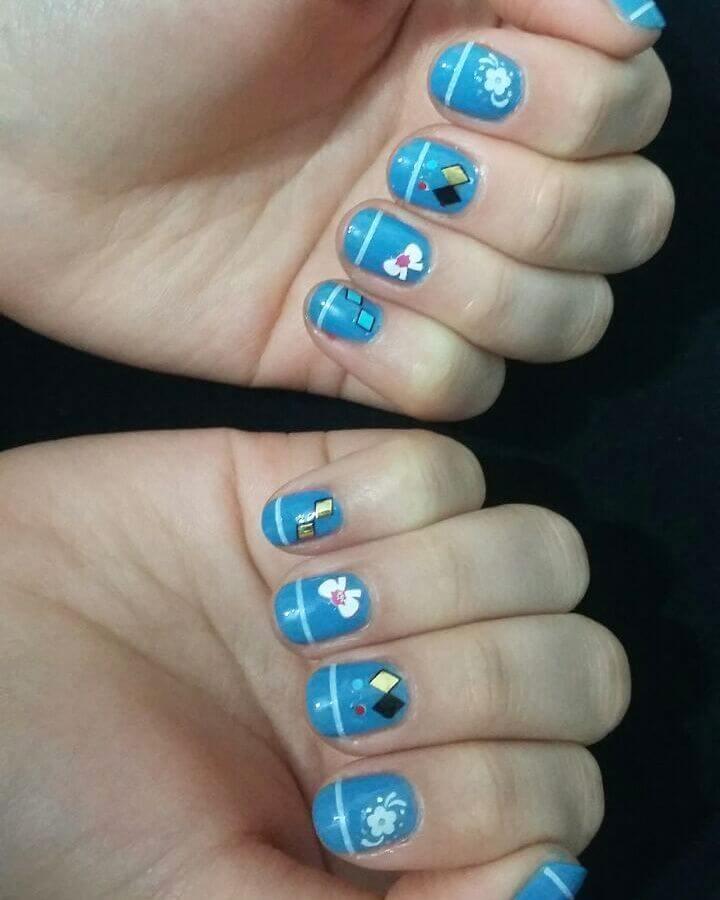 ongles bleu clair pour les filles