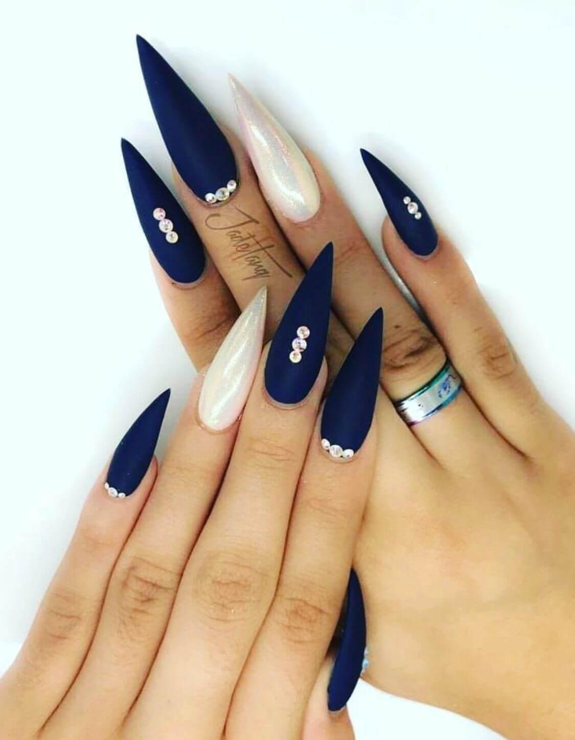 ongles bleus à stiletto