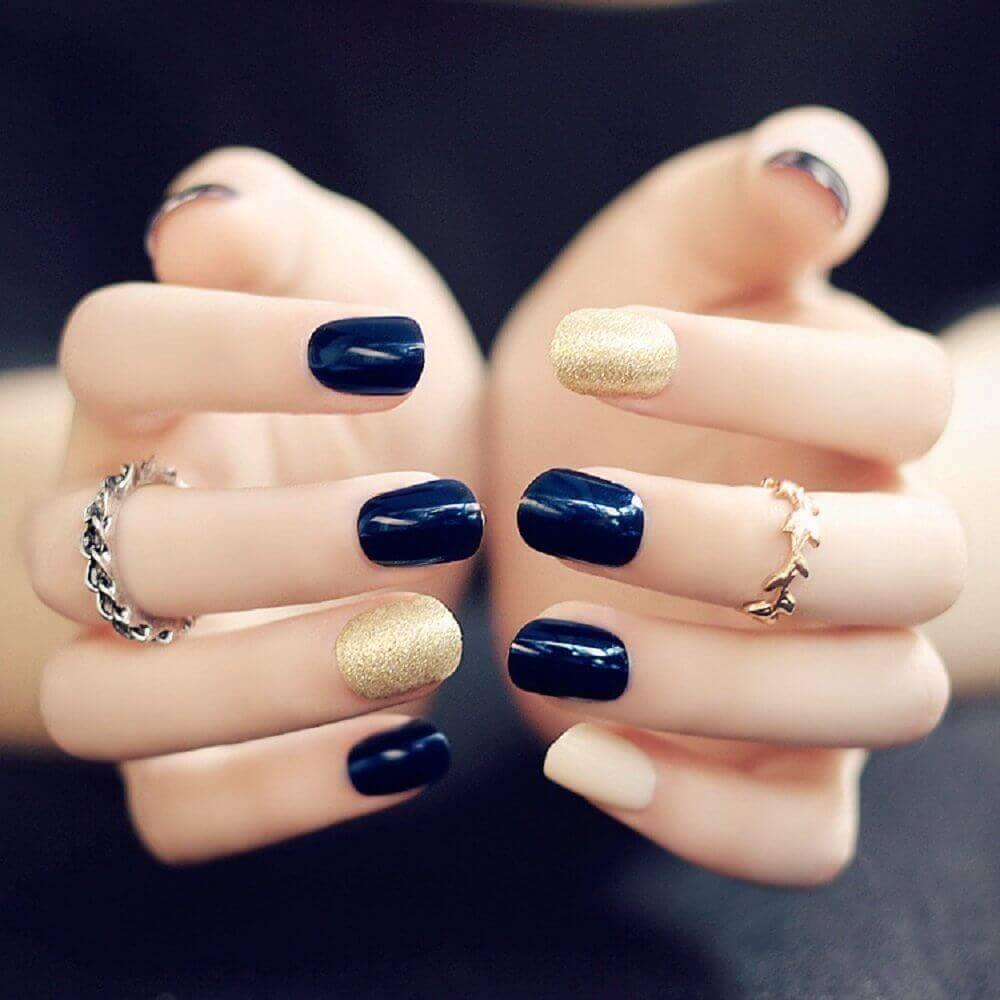 Ongles bleus avec or