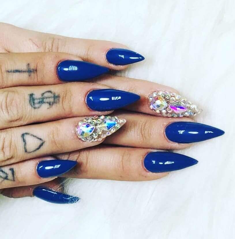 Ongles bleus avec pierres