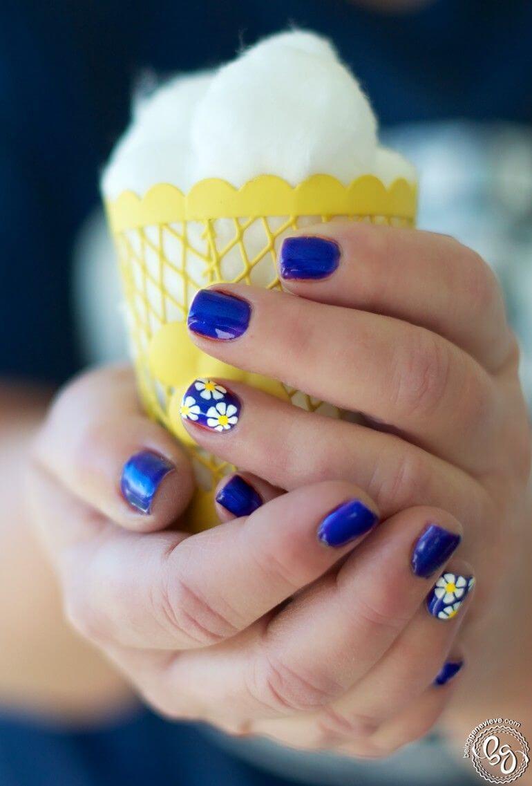 Ongles bleus avec marguerites