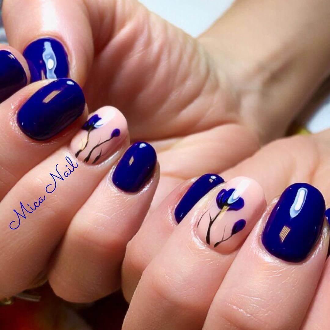 ongles bleus décorés de fleurs