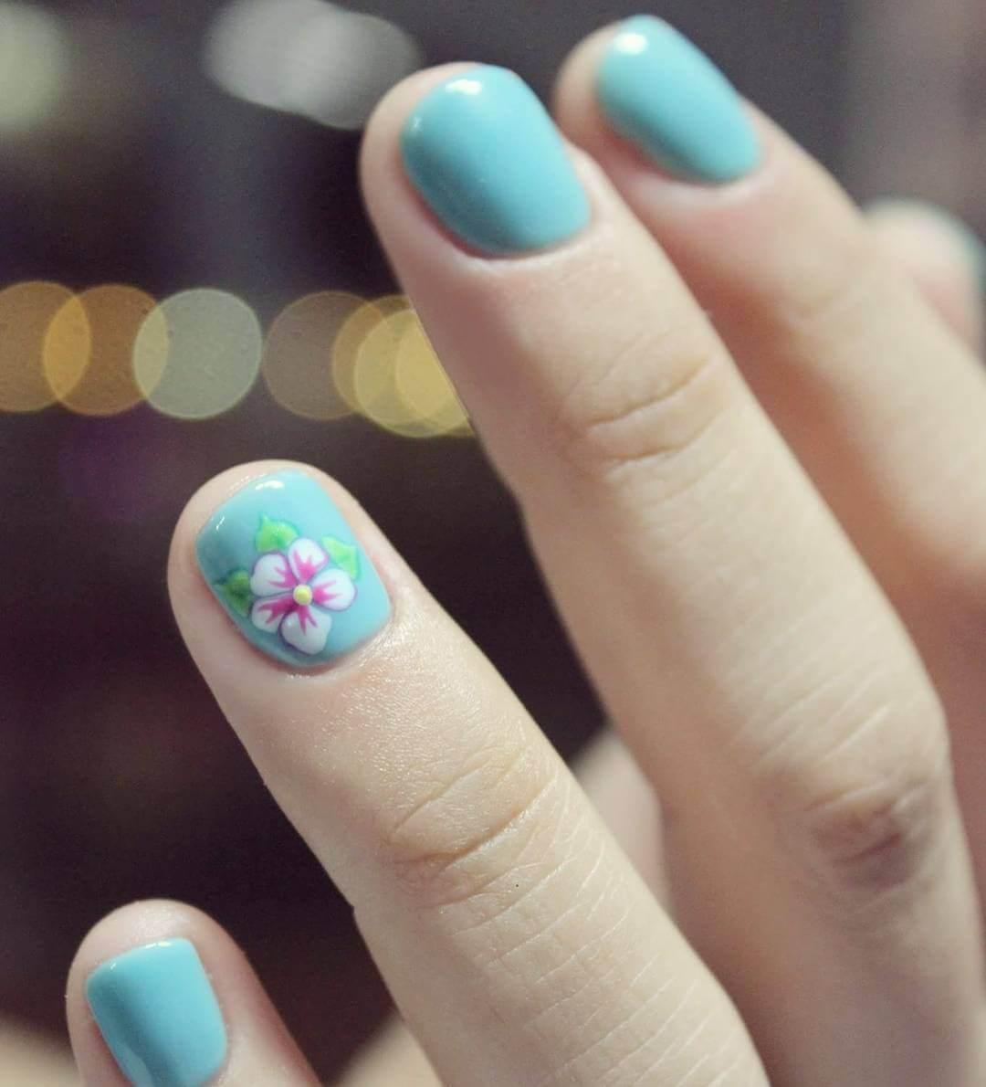 ongles courts avec fleurs