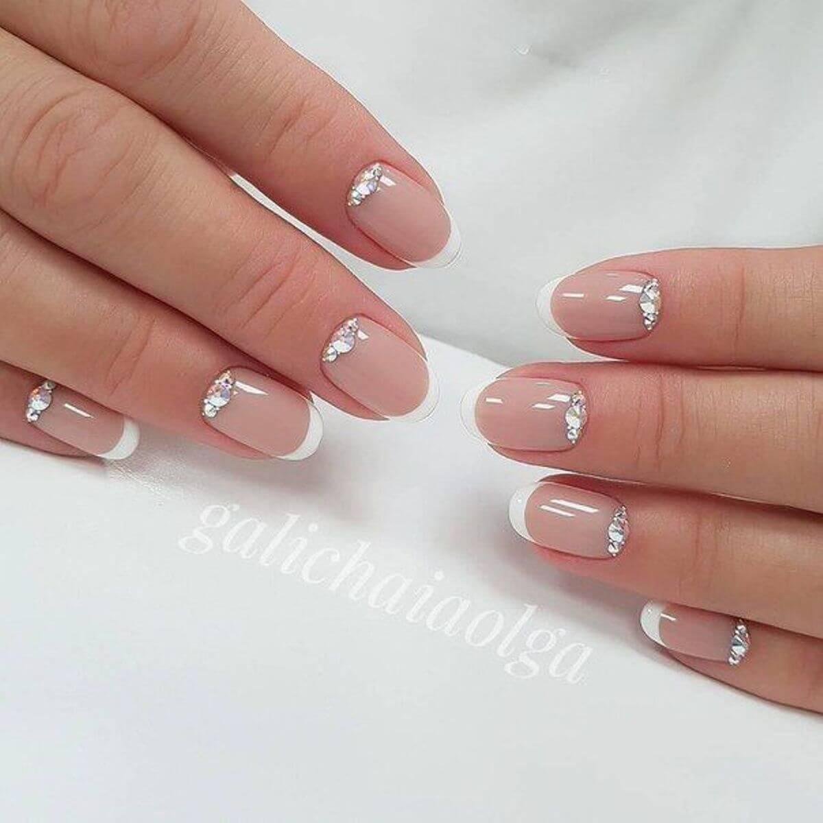 ongles courts avec pierres pour la mariée