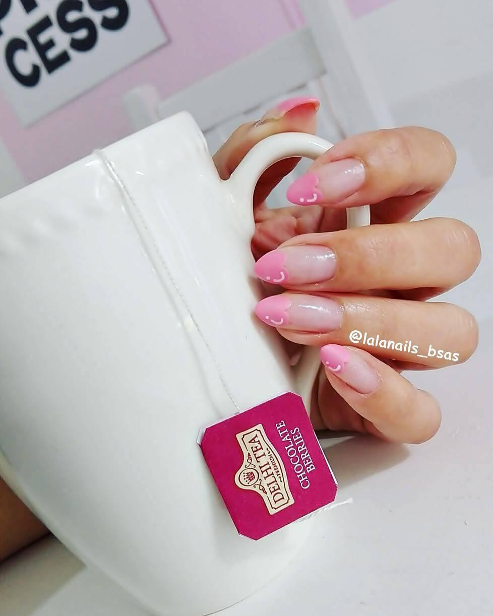 ongles d'amour avec des coeurs roses