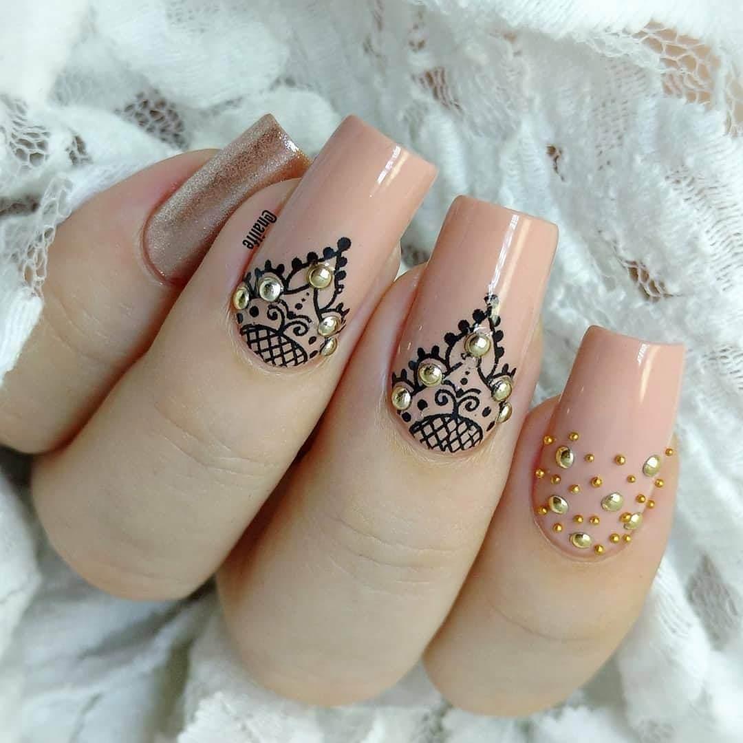 ongles de la mariée nue avec des strass