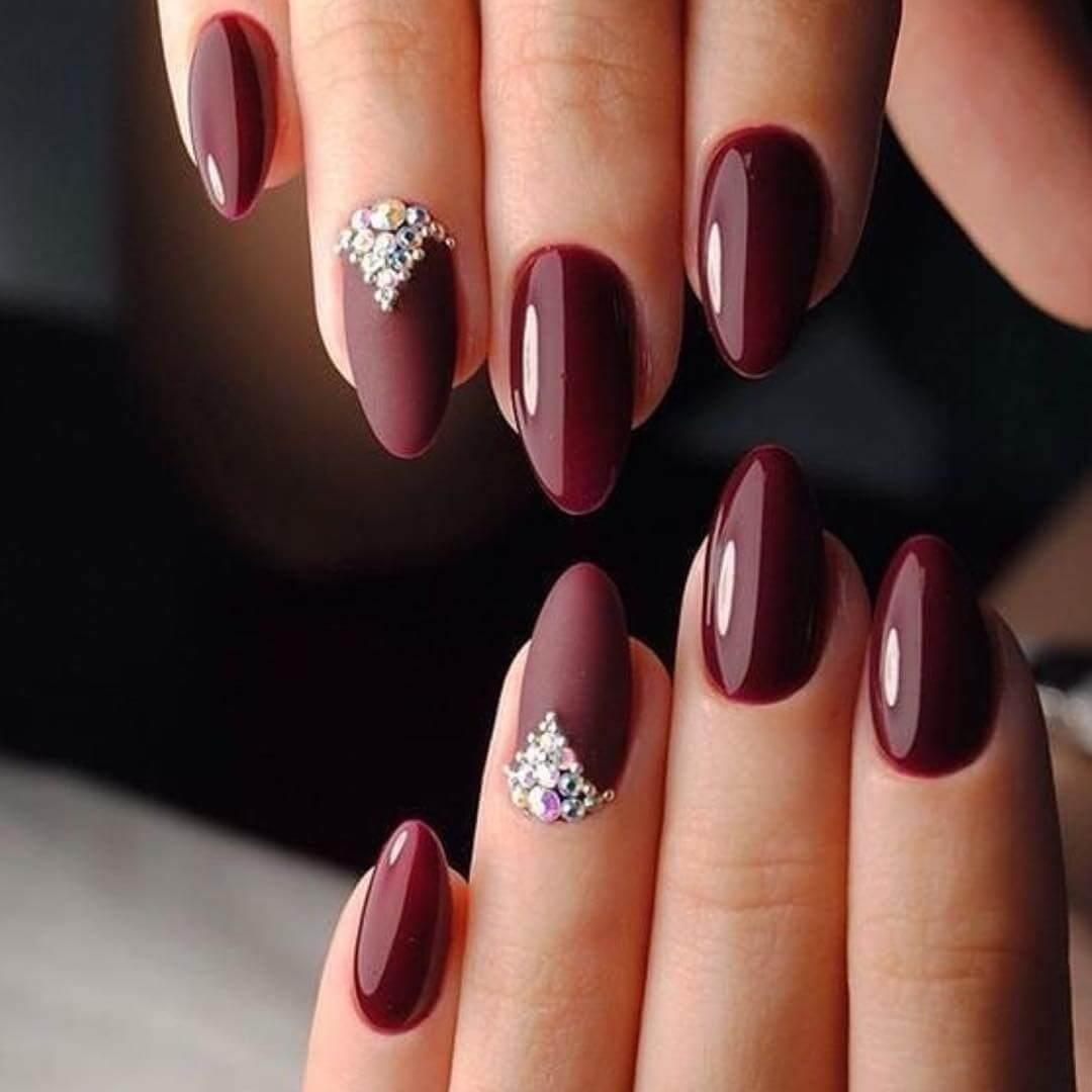 ongles couleur vin avec pierres pour la mariée