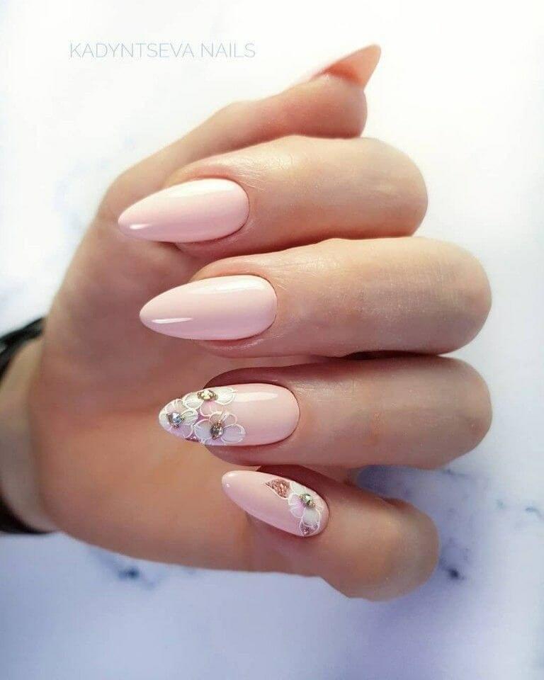 ongles de mariage nus avec fleurs