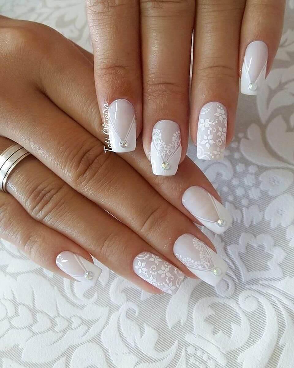 ongles de mariée estampillés blanc