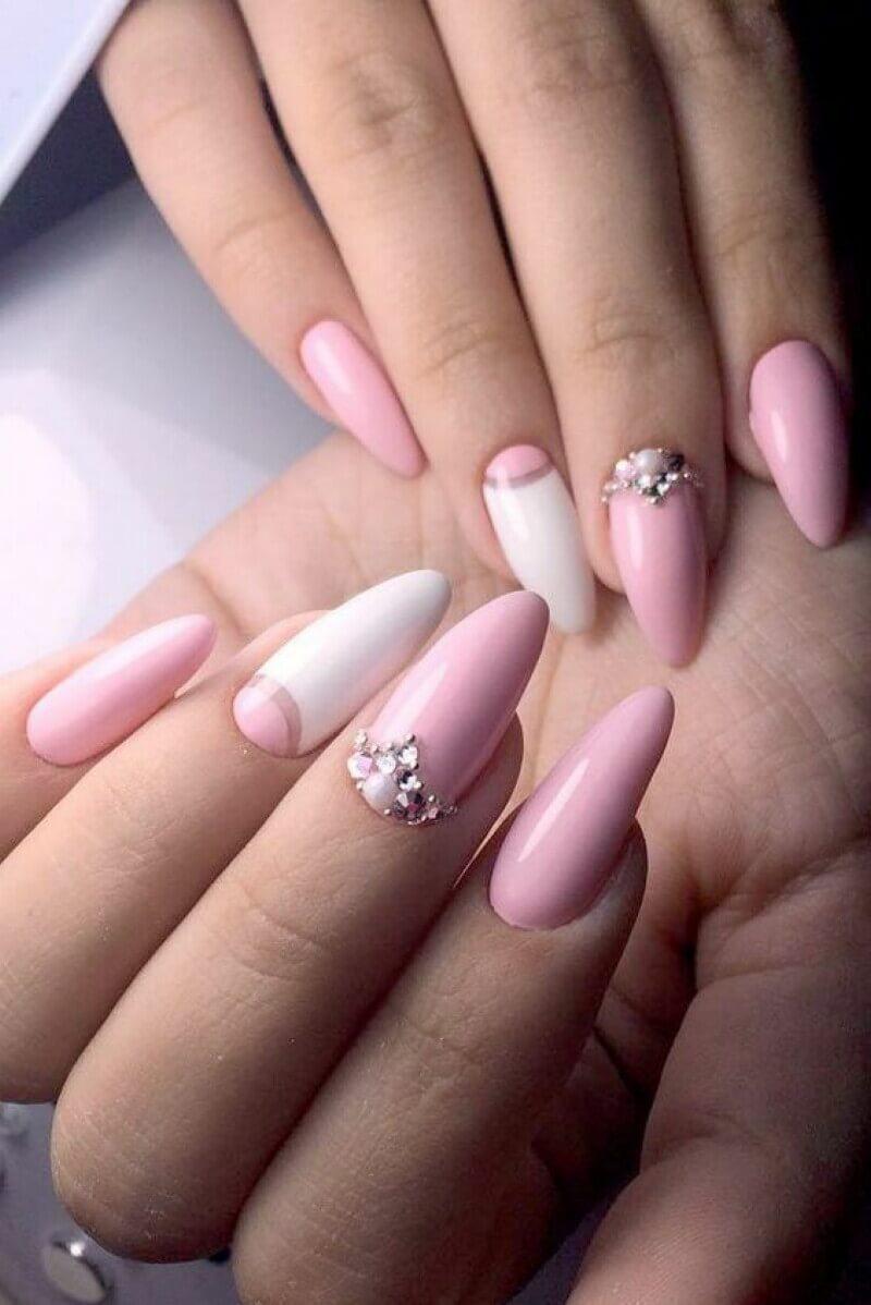 ongles de mariée roses avec strass