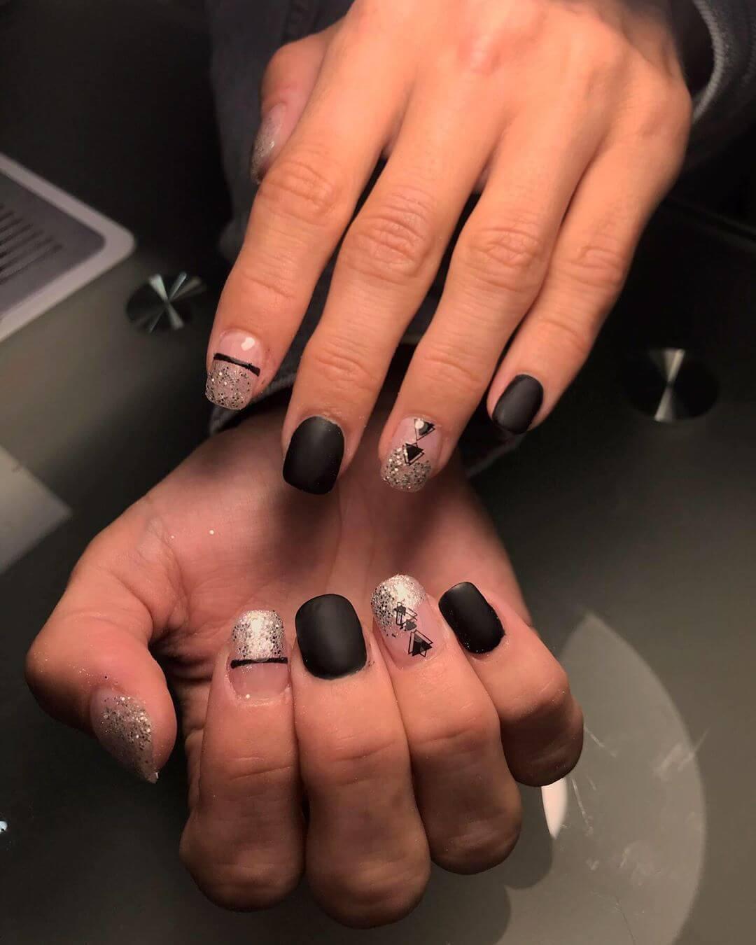 ongles de Noël argentés et noirs