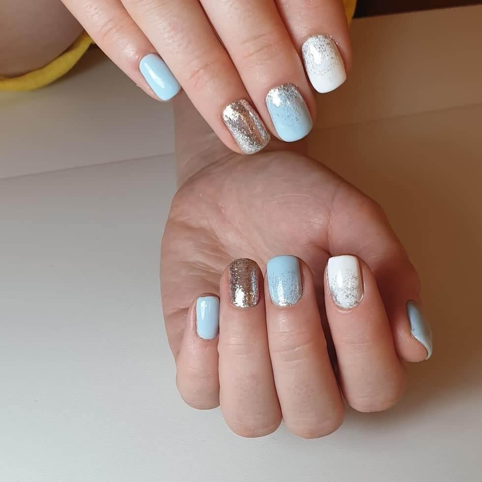 ongles de noël bleu clair et blanc