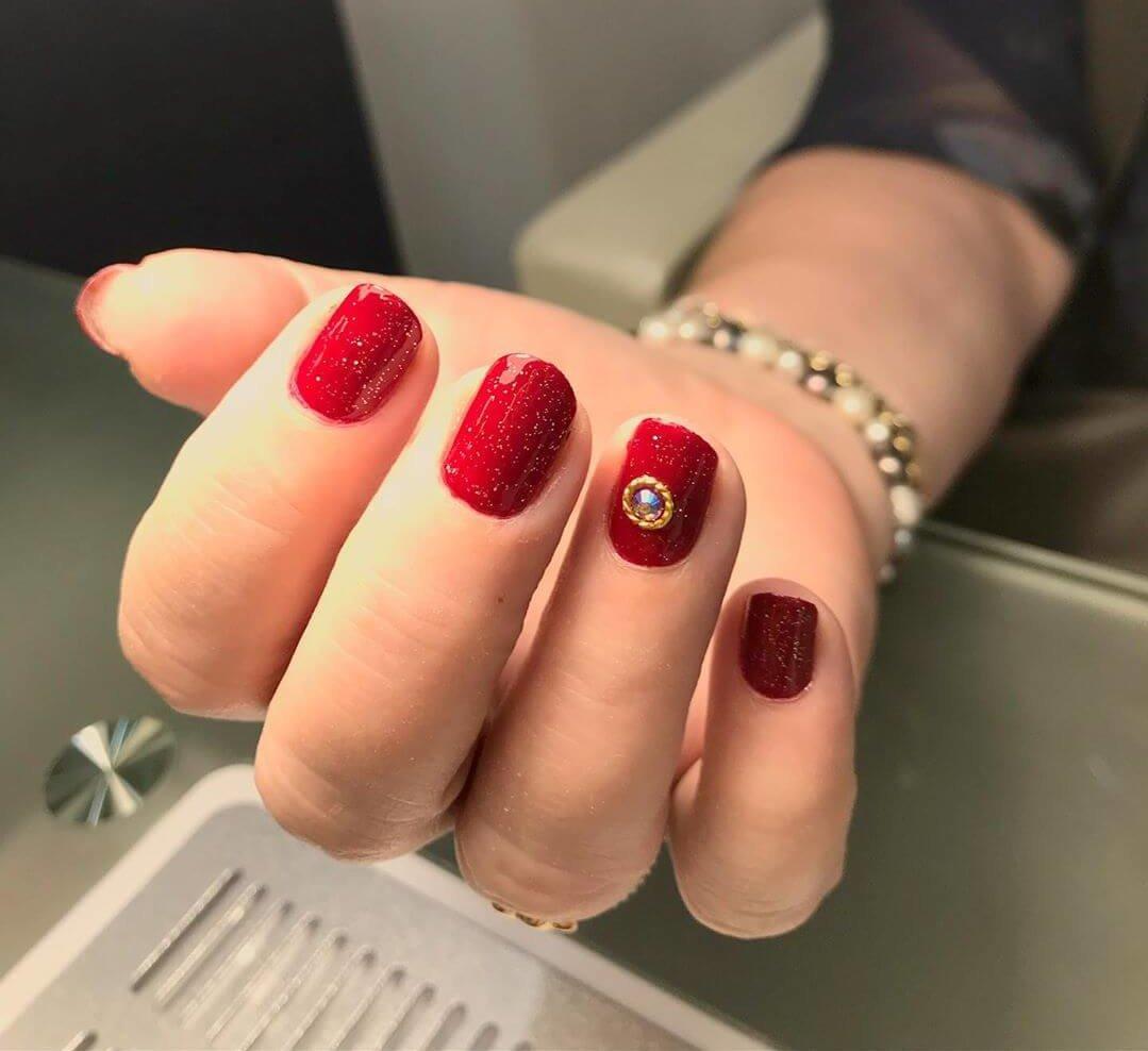 ongles de noël rouges avec pierres