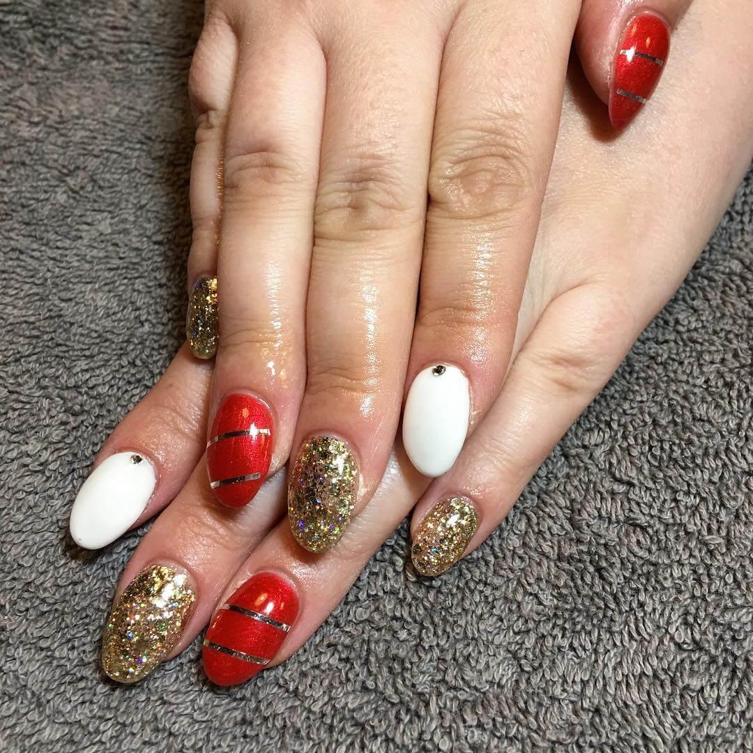 ongles de noël rouges et blancs dorés