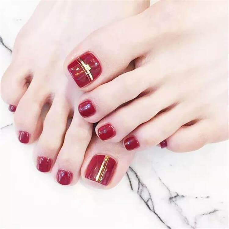 Ongles de pied décorés en rouge