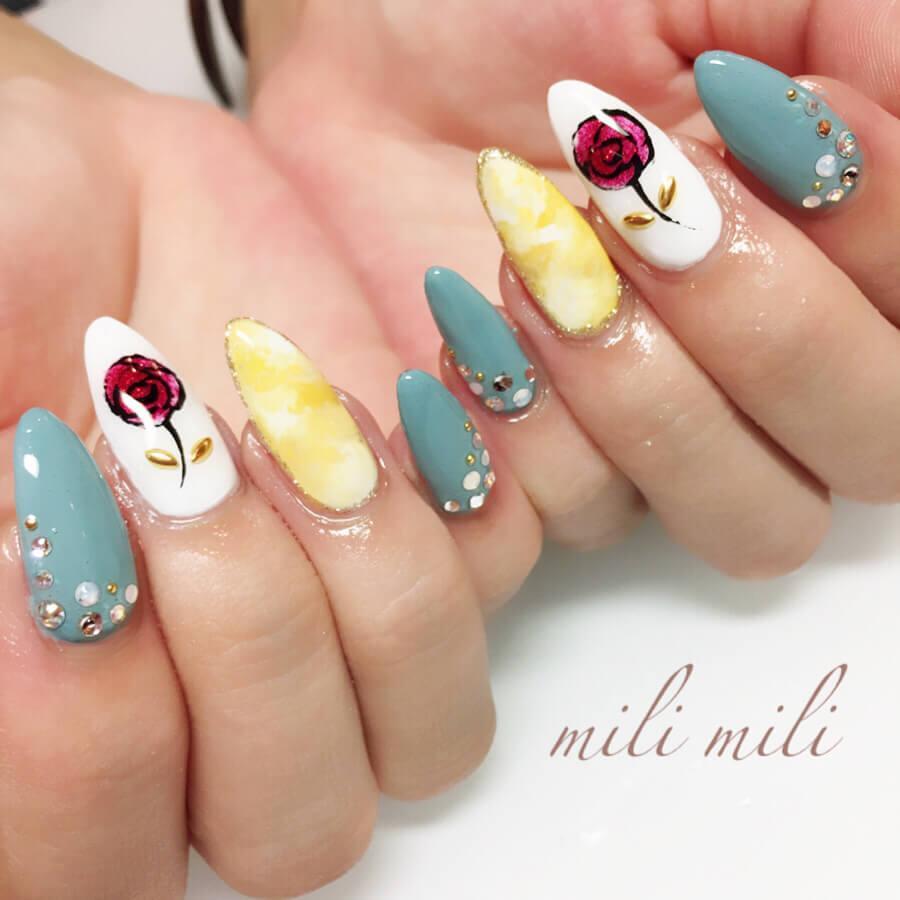 ongles de teinte pastel avec fleurs